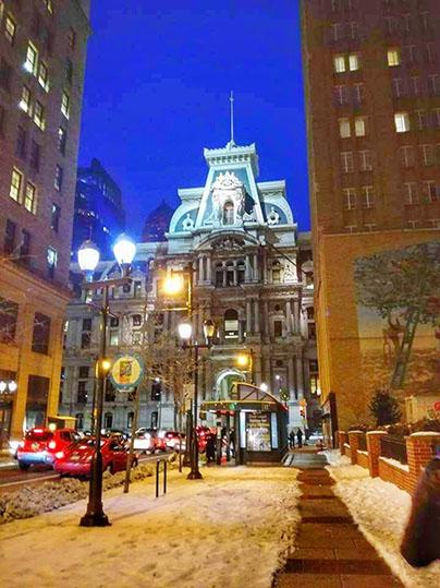 Scorcio notturno sul City Hall di Philadelphia cosa vedere in un giorno