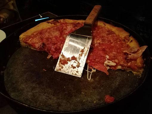 dove mangiare la deep dish pizza da Gino s East