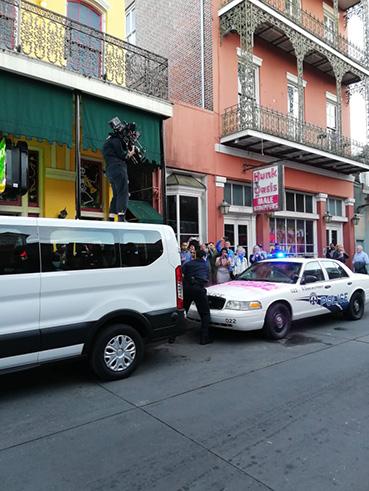 Eric Andre durante le riprese in Bourbon Street - New Orleans tra musica e magia