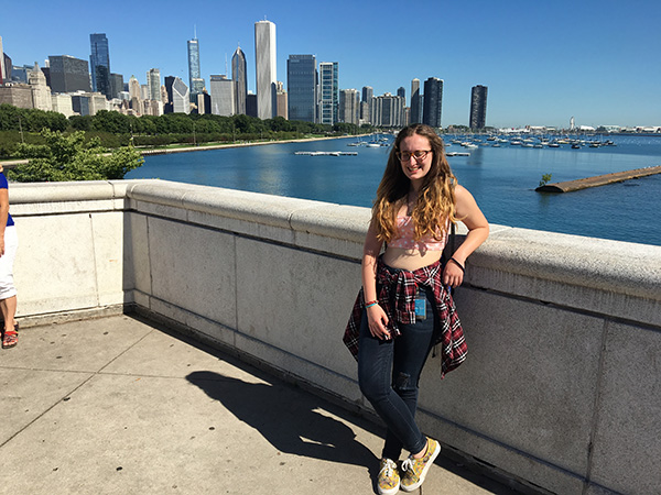 Arianna di World in Technicolor con lo skyline di Chicago sullo sfondo - Intervista per Usa la Valigia