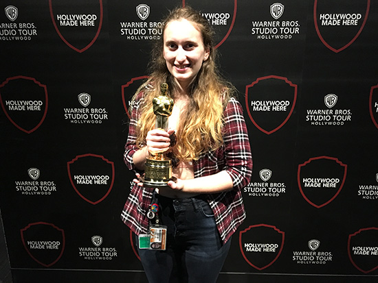 Intervista ad Arianna di World in Technicolor - Arianna con l'Oscar in mano durante il Warner Bros Studio Tour