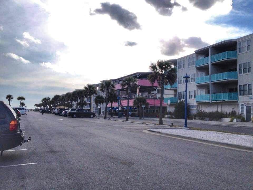 cosa vedere a Tybee Island Georgia passeggiata lungo la spiaggia nei pressi del Pavillon Pier - strutture ricettive con facciate colorate