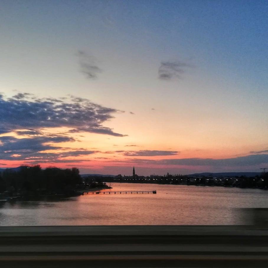 Il mio primo tramonto meraviglioso  con le sfumature di rosa sul Danubio a Vienna durante il primo viaggio internazionale post lockdown