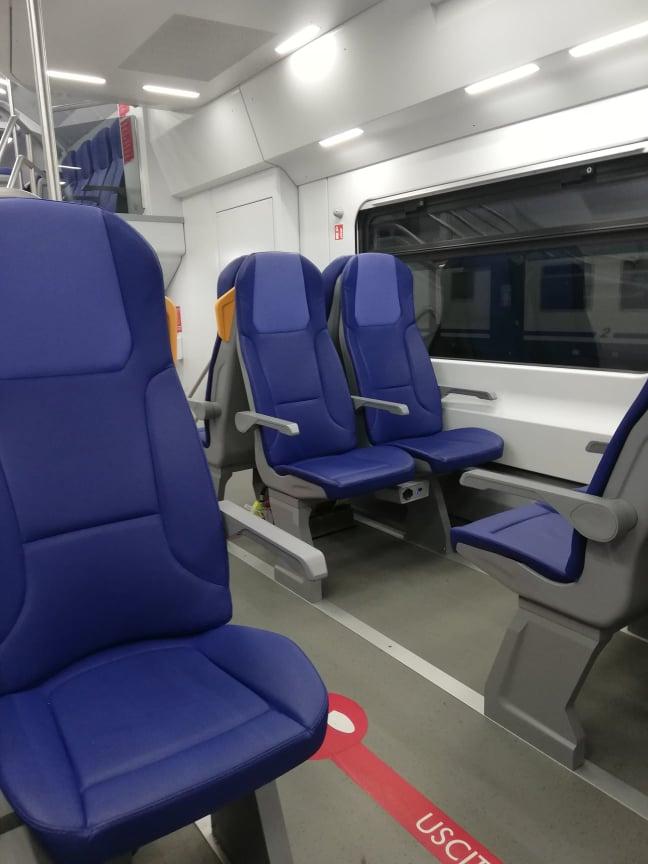 regionale Trenitalia con solo le indicazioni sul percorso da seguire lungo il corridoio sicurezza viaggi internazionali treno coronavirus