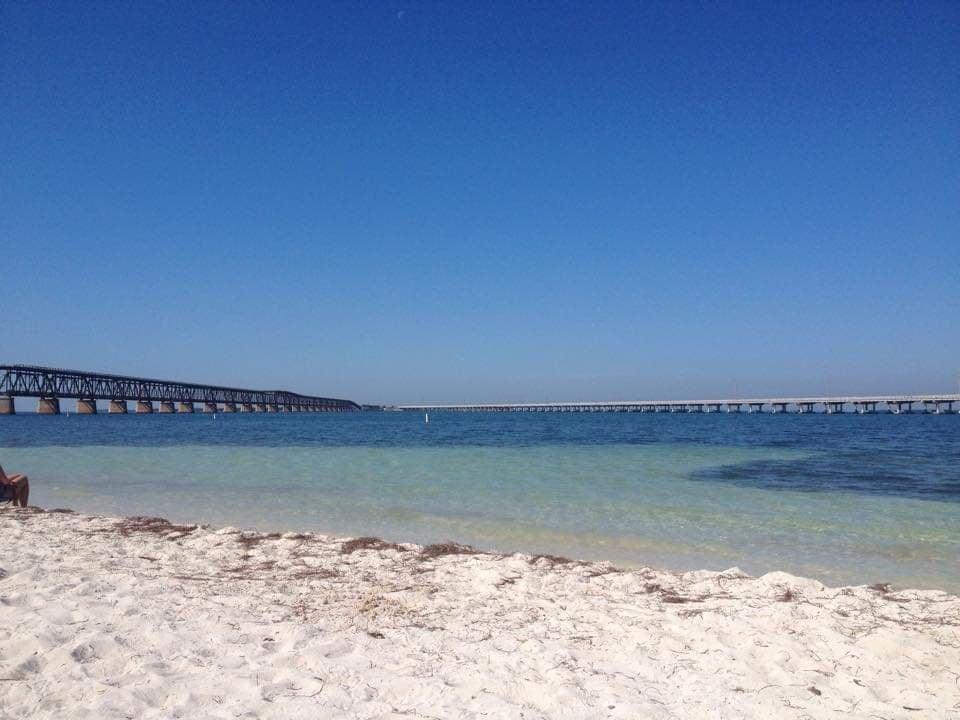 Calusa Beach  e il vecchio ponte ferroviario e la Overseas Hwy sullo sfondo - visitare Bahia Honda State Park - Florida Keys