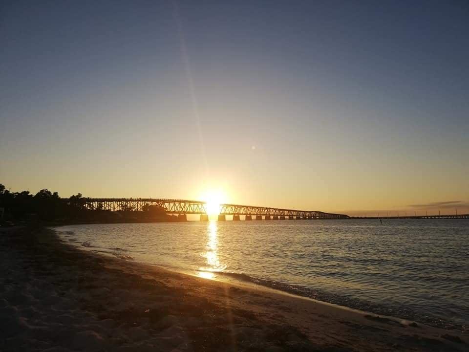 Tramonto a Calusa Beach con il vecchio ponte ferroviario sullo sfondo visitare Bahia Honda State Park