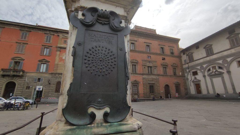 dettaglio sul numero delle api e Maiestate Tantum sul monumento equestre in Piazza della Santissima Annunziata a Firenze