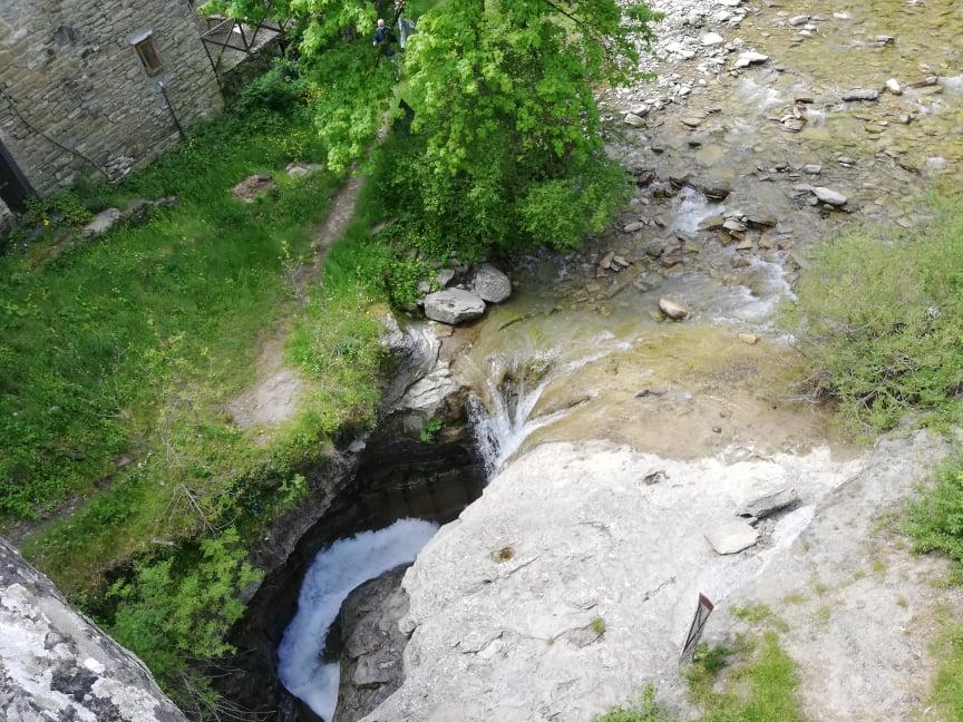 Il fiume Rabbi sinuoso crea la Grotta Urlante - Premilcuore - Vista dal Ponte a Scanno