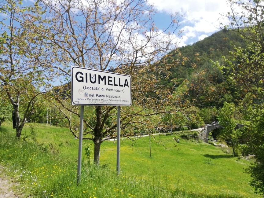 Cartello della Località Giumella nei pressi del Ponte a Scanno sopra la Grotta Urlante