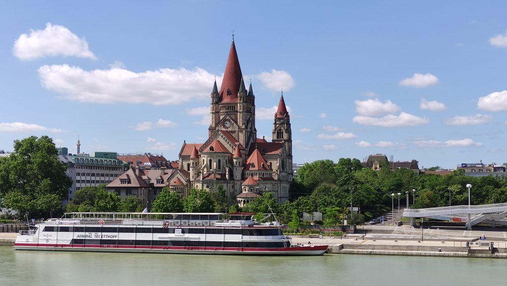 Vista della Chiesa di San Francesco d'Assisi dalla passerella pedonale che parte da Donauinsel