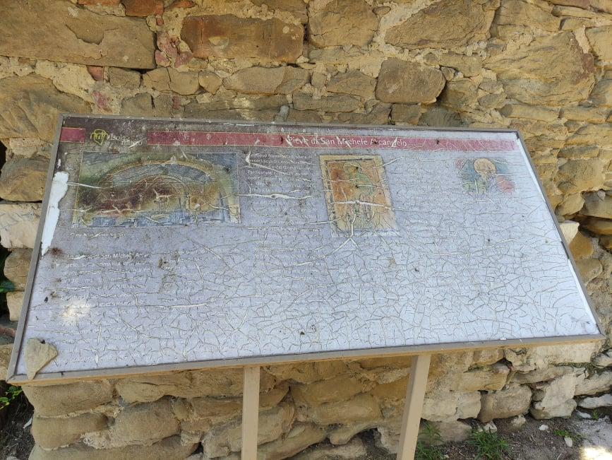 Pannelli informativi sulla Chiesa di San Michele Arcangelo completamente rovinati Isola Maggiore