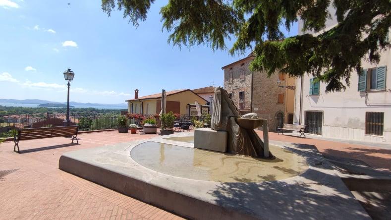 Piazza del Rondò con la Fontana della Vita - Tuoro sul Trasimeno
