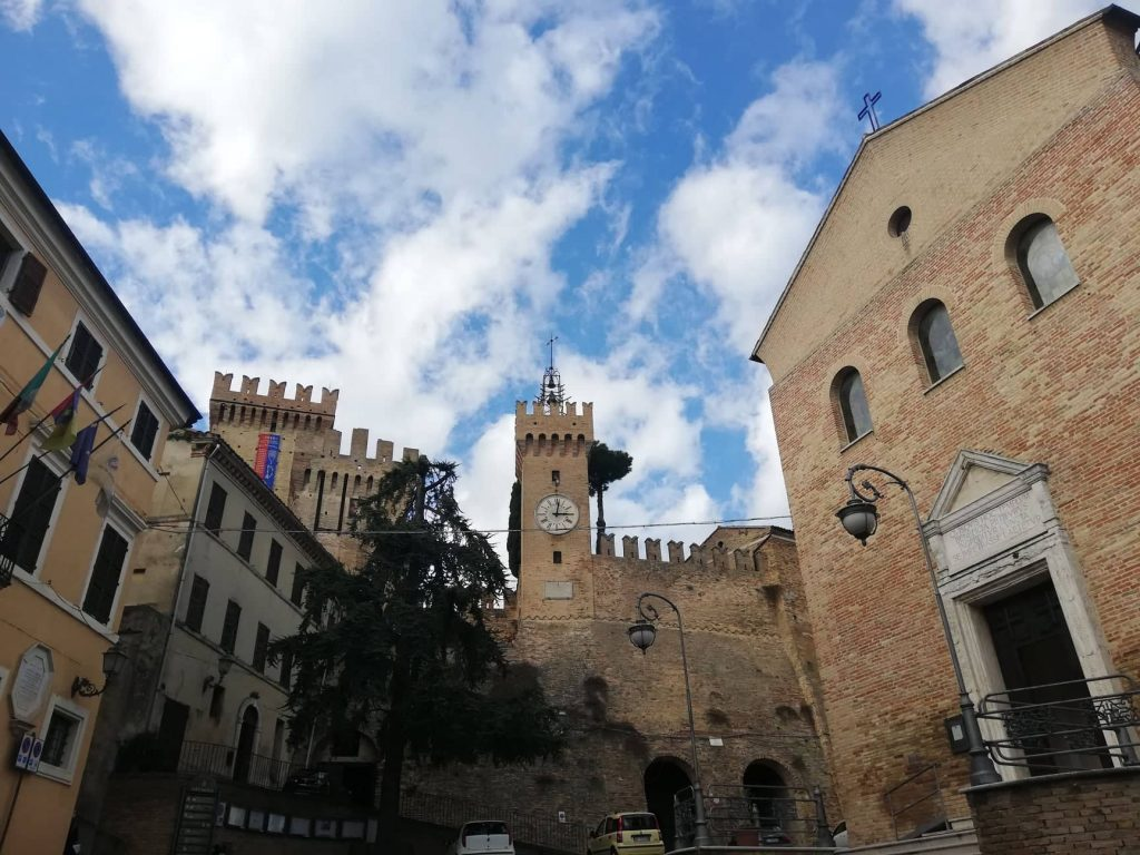Chiesa di San Tommaso Apostolo - Mastio e torre dell'orologio - cosa vedere ad Offagna