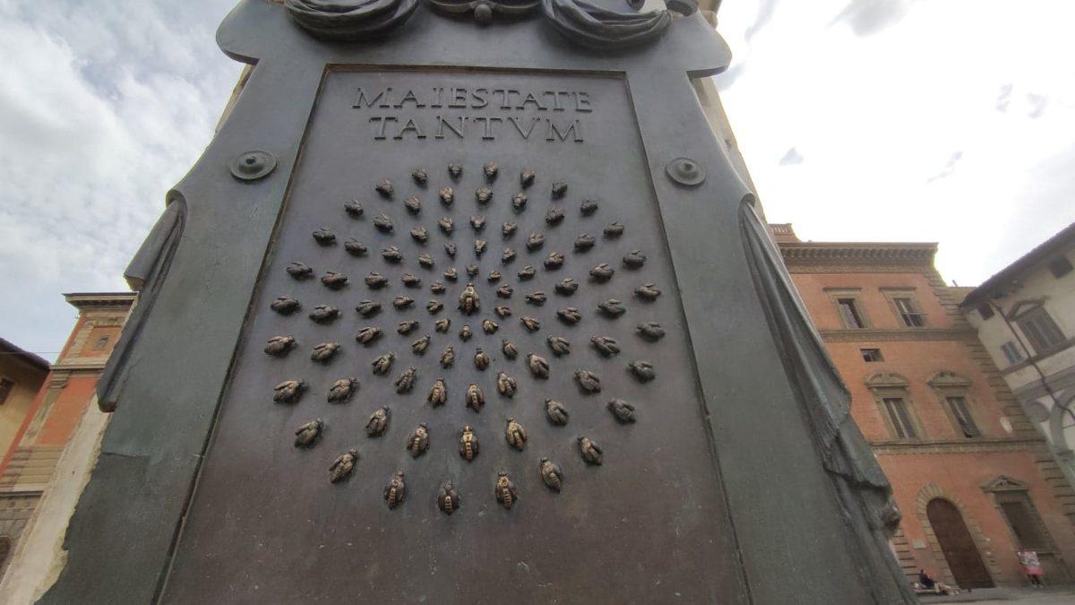 Placca in bronzo con le api concentriche sul monumento equestre in piazza della Santissima Annunziata a Firenze