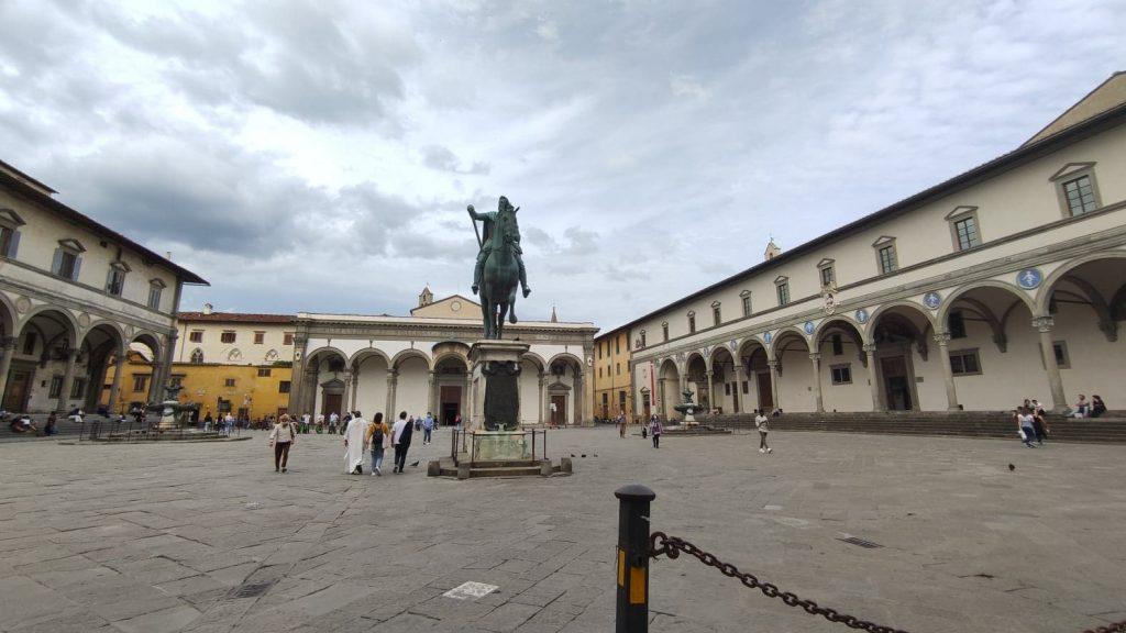 Piazza Santissima Annunziata Firenze con il Monumento equestre che ospita le api dal numero misterioso