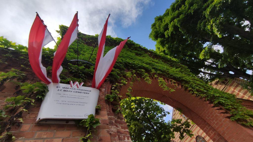Ingresso al cimitero di St Marx a Vienna con la targa che ricorda che qui si trova la tomba di Mozart