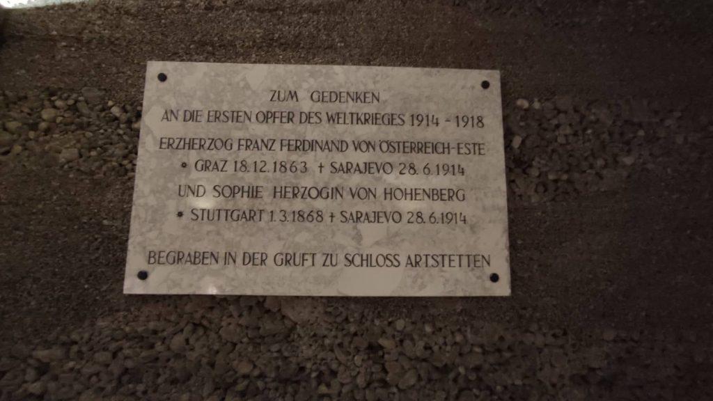 Targa in memoria di Francesco Ferdinando affissa nella Nuova Cappella della cripta imperiale di Vienna