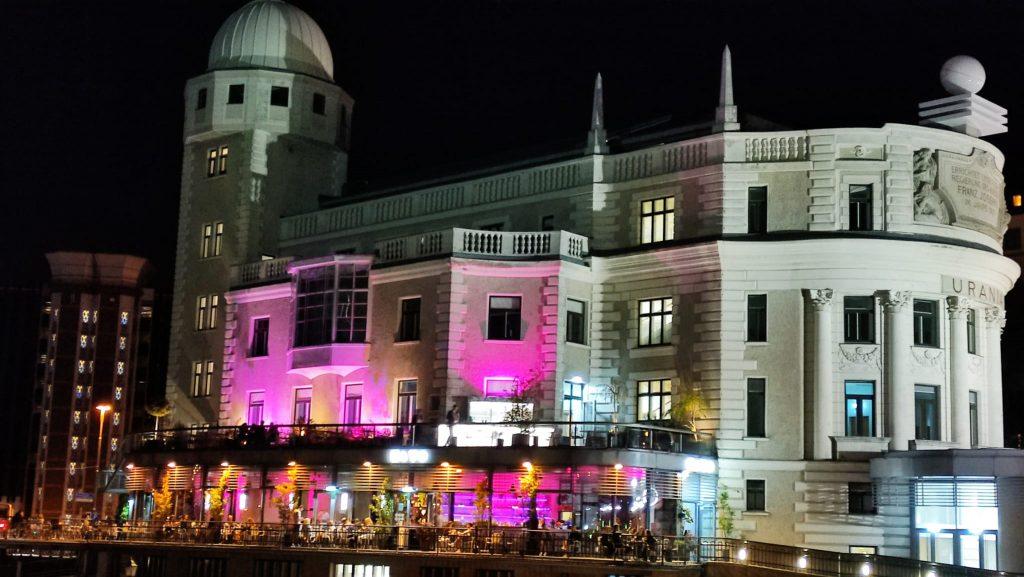 Vienna di sera locale di Urania lungo il Donaukanal