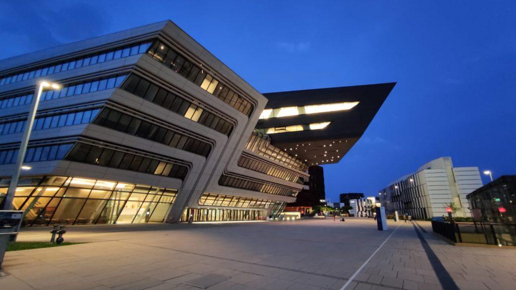La biblioteca universitaria sospesa della WU di Vienna durante una sera d'estate