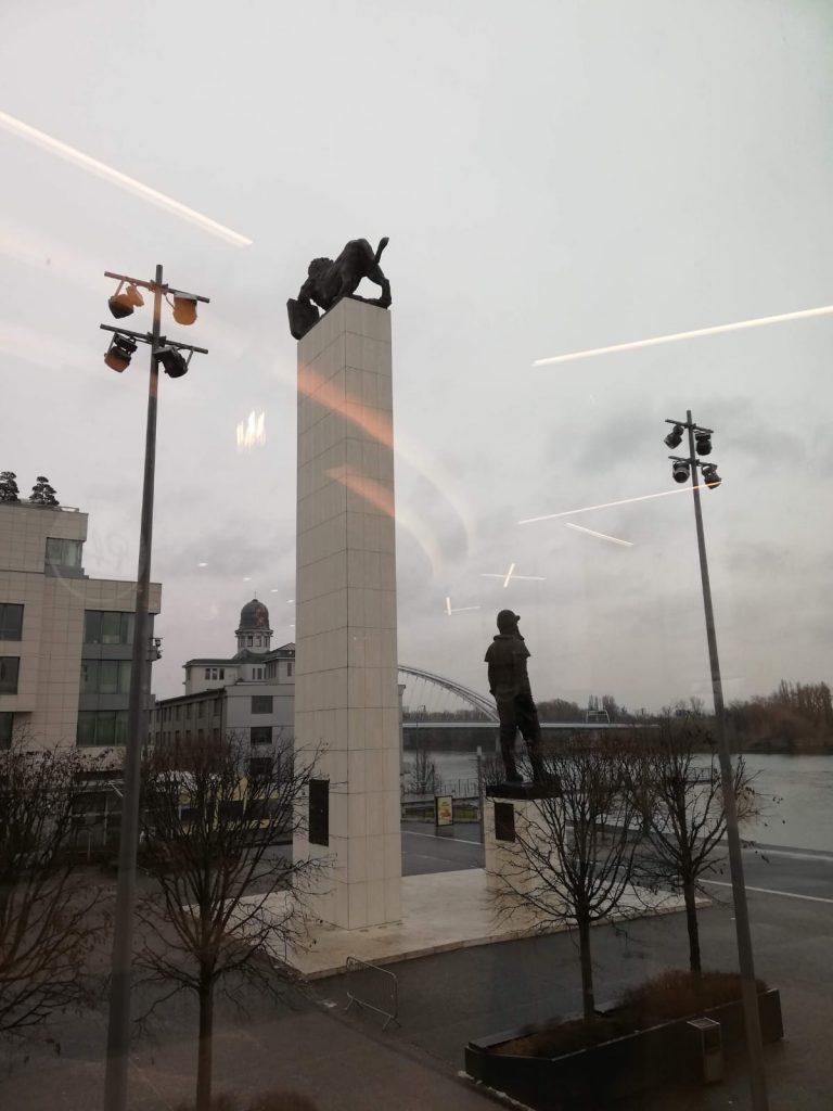 Statua del Generale Milan Rastislav Stefanik all'esterno del centro commerciale Eurovea Bratislava