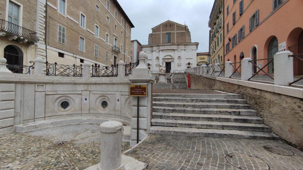 Fontana, statua e chiesa di San Domenico in Piazza del Papa - Ancona